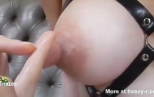 Les meten los dedos en los pezones a japonesa